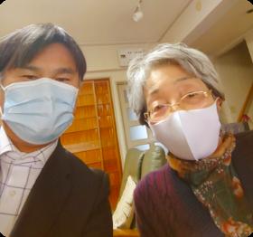 堺市在住の脊髄圧迫骨折、予後のシビレ、痛身が改善されたH様と院長の写真